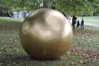 """Den hat wohl die Prinzessin im """"Froschkönig"""" verloren: Ball von James Lee Byars"""