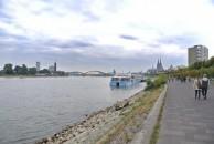 Auf dem Weg in die Stadt über die Rheinpromenade.