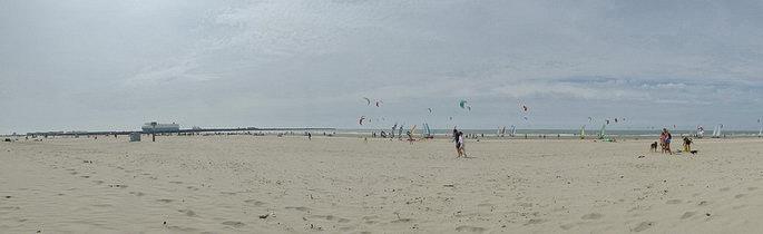 Kitesurfer und Strandsegler.