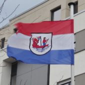 Flagge mit Mülheimer Wappen.