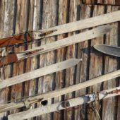 Alte Ski an einer Hauswand in Gummeroth