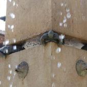 Verrückt - nur 4 Schildkröten tragen den oberen Teil des Obelisks.