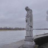 Die 1992 geschaffene Statue des heiligen Nepomuk (Schutzheiliger der Brücken), eine Kopie des 300jährigen Originals.