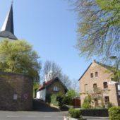 Pfarrkirche St. Walburga, Hexenturm und das Haus, in dem wir gewohnt haben.