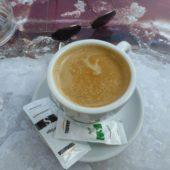 Lecker Kaffee im Imbiss beim Supermarkt.