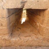 Schießscharte in der Stadtmauer.