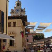 Das Rathaus - schön schattig durch Sonnensegel ...